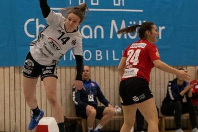 Die 16-jährige Jasmina Gierga vom BSV Sachsen Zwickau (links) erzielte am Samstag ihr erstes Tor in der 2. Handball-Bundesliga.