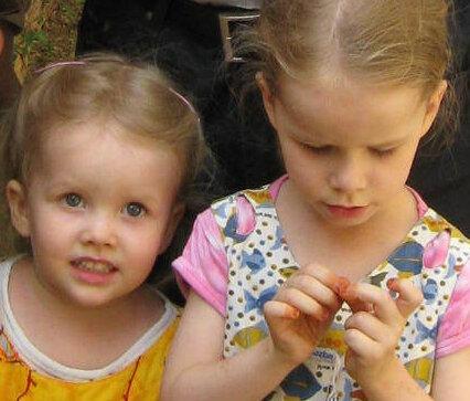 Diese beiden Mädchen sind aus der Hand ihrer Geiseln befreit worden.