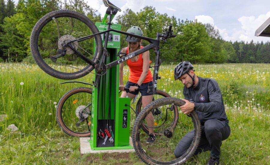 Mareike Fiedler und Robert Gropp testen die neue Fahrrad-Reparaturstation.