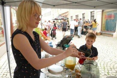 Statt um Herrenbekleidung kümmerte sich Cindy Mai am Samstag eher um Getränke. Beim Straßenfest hatte sie viele Besucher zu versorgen.