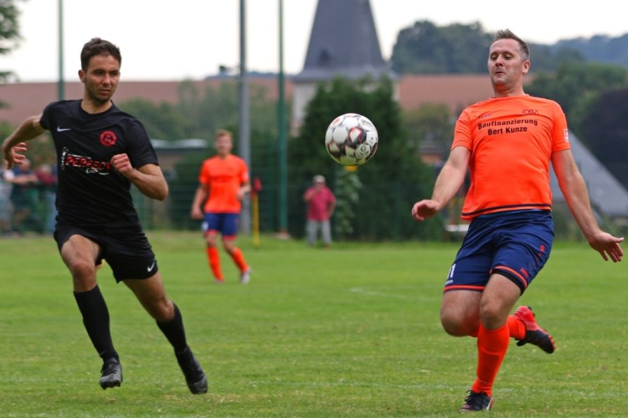 Philipp Schick (l.) - hier im Duell mit dem Oberlungwitzer John Weise - ist Teil der starken MSV-Abwehr, die in vier Partien erst zwei Treffer kassiert hat. Der 26-Jährige stand die vollen 360 Minuten auf dem Platz.
