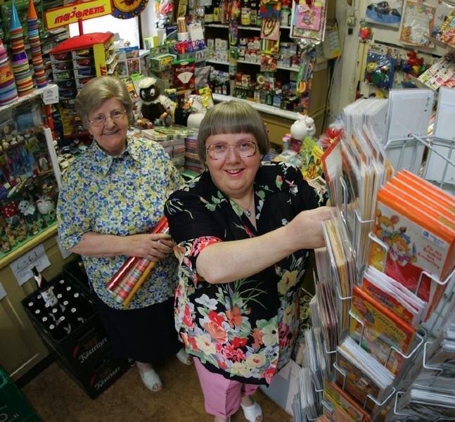 Der Laden ist ihr Leben: Karin Seyferth kann sich nichts Schöneres vorstellen, als hier zu arbeiten. Mutter Elvira (hinten) hat sich zur Ruhe gesetzt.