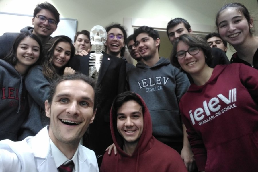 Steve Mölter mit den zwölf Schülern seines Biologiekurses, die Ende Juni ihren Abschluss machten.