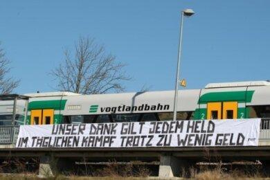 """Dieses Banner der Ultras des VFC Plauen war im März am Bahnhof Mitte zu sehen. Für ihre Aktion """"Badkurve hilft"""" zugunsten Corona-Betroffener haben sie nun einen Preis bekommen."""