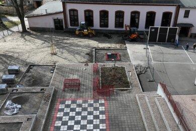 Die Sanierung des Schulhofes der Glückauf-Grundschule wird laut Bürgermeister Matthias Groschwitz etwa Mitte April abgeschlossen sein. Letzter Arbeitsschritt ist das Aufbringen des Rollrasens.