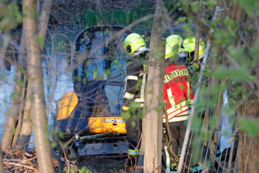 Chemnitz: Bagger rutscht in einen Teich