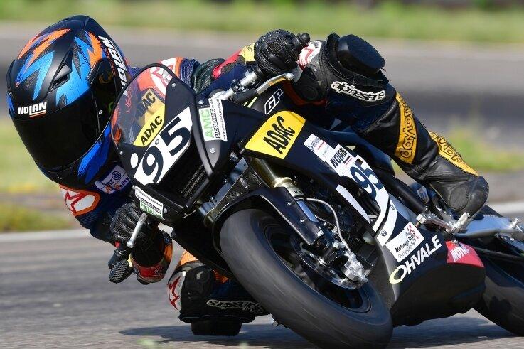 Richard Irmscher lehnt sich derzeit noch auf einem Minibike in die Kurven. Bald will er auf einem Rennmotorrad in der Moto3 starten.