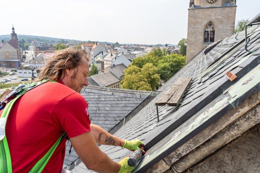 Tino Schmidt (51) montiert neue Halterungen für den Blitzschutz auf dem Dach der Kirche zum Heiligen Kreuz. Was er und seine Kollegen machen, dafür gibt es keine Berufsausbildung. Entsprechend schwierig ist die Gewinnung von Nachwuchs.