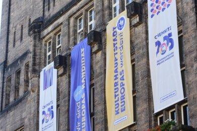 Mit großflächigen Transparenten am Rathaus präsentiert sich Chemnitz als Bewerber für die Kulturhauptstadt 2025.