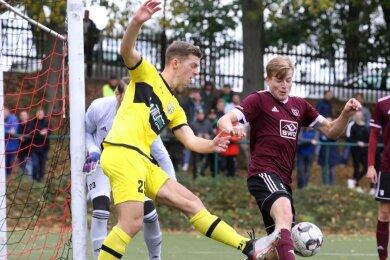 Das Fußball-Sachsenpokal-Spiel zwischen Landesklasse-Vertreter Oberlungwitzer SV (am Ball: Martin Falke) und Oberligist VFC Plauen (im Zweikampf: Tom Ronny Fischer) gehörte zu den regionalen Höhepunkten des Amateursports seit dem Ende des ersten Lockdowns.
