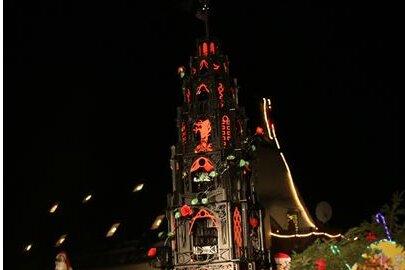 Neuhausen: Die neue Ortspyramide aus Metall im Gotikstil wurde eingeweiht.