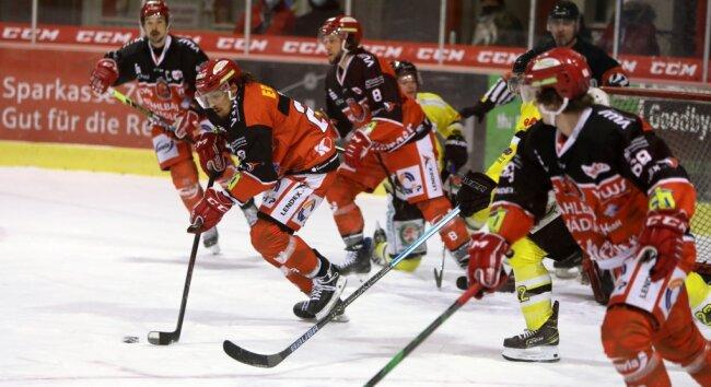 Die Eispiraten Crimmitschau - hier mit Patrick Pohl am Puck - haben am Sonntag gegen die Tölzer Löwen Vollgas gegeben.