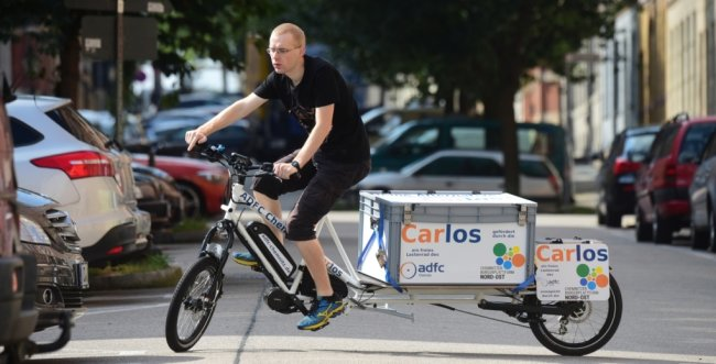 In einem Geschäft an der Uhlandstraße auf dem Sonnenberg kann ab sofort ein neues, elektrisch betriebenes Lastenfahrrad geliehen werden. Die Leihe ist kostenlos, lediglich eine vorherige Anmeldung und Reservierung auf der Internetseite des ADFC Chemnitz sind notwendig.