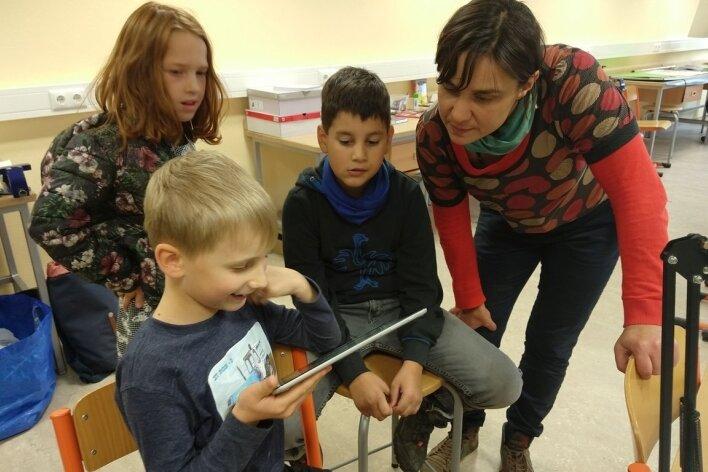 Gemeinsam mit Eva Bredow (rechts) erarbeiten sich Patrizia, Luka und Jonathan die Grundlagen des Trickfilmmachens.