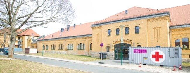 Das Impfzentrum im Plauener Behördenzentrum soll bis Anfang Mai in Betrieb bleiben. Wie es danach konkret weitergeht, etwa für noch ausstehende Zweitimpfungen von Plauenern, ist bisher offen.