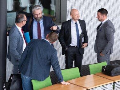 Jörg Urban (l-r), Wolfram Klaus Keil, Andre Wendt und Christopher Hahn stehen nach der Sitzung im Plenarsaal.