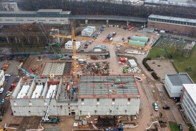 Blick auf die Baustelle des künftigen Gasmotorenkraftwerks des Versorgers Eins an der Blankenburgstraße. Im noch nicht unüberdachten Gebäudeteil links sind drei der insgesamt sieben, jeweils 100 Tonnen schweren Motor-Module zu sehen (zum Schutz hier noch eingehüllt).