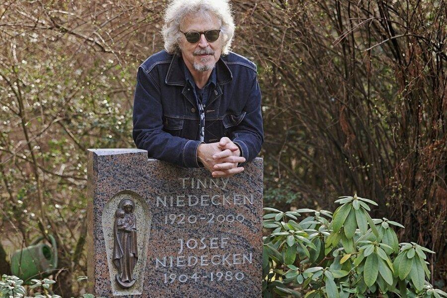 Wolfgang Niedecken am Grab seiner Eltern.