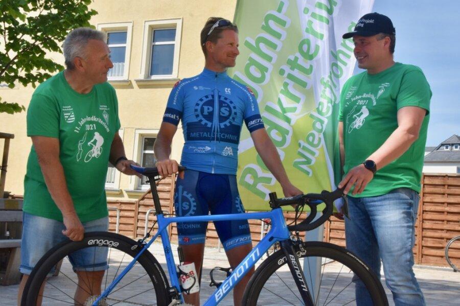 Niederfrohnas Bürgermeister Klaus Kertzscher (links) im Gespräch mit den beiden Radsportlern Robert Retschke und Jens Fiedler (rechts), die ihre Teilnahme für das anstehende 11. Jahnradkriterium zugesagt haben.
