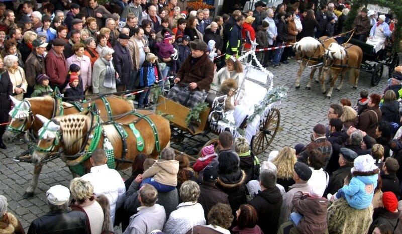Weil noch kein Schnee liegt, kam am Sonntag die Schneekönigin mit der Kutsche nach Auerbach, gefolgt von Hans im Glück.