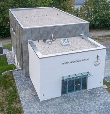 Bis zu elf Meter hoch ist das neue, zweigeschossige Kirchengebäude an der Bertolt-Brecht-Straße. Es ist ein monolithischer Bau aus Kalksandstein mit viel Stahlbeton. Davor ist Platz für 20 Pkw.