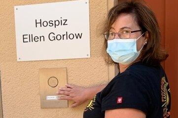 """Heike Bahndorf von der Physiotherapie Bahndorf & Lehnert läutet an der Eingangstür zum Hospiz """"Ellen Gorlow"""" in Oederan."""