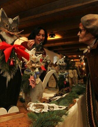 """<p class=""""artikelinhalt"""">Vielfältig sind die Hobbys der Vogtländer. Die Plauenerin Uta Pohlenz (links) bastelt Katzen aus Holz. </p>"""