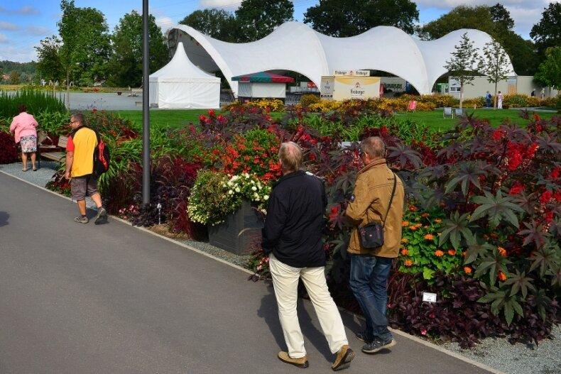 Wird nach Ende der bis 6. Oktober geöffneten Landesgartenschau in Frankenberg abgebaut: die Überdachung derHauptbühne. Die Vorbereitungen für den Rückbau laufen bereits auf Hochtouren.
