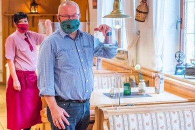 Köhlerhütte-Chef Heiko Schmidt (vorn) ist stinksauer. Er hat, wie viele andere Wirte, in Plexiglasscheiben für die Gasträume investiert. Nun kommt das Aus. Hinten im Bild Restaurantfachfrau Stefanie Irmscher.