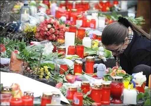 Nach dem Amoklauf von Winnenden warnen Bildungspolitiker und Experten vor überzogenen Sicherheitsmaßnahmen. Schulen dürfen nach Ansicht von Baden-Württembergs Kultusminister Helmut Rau (CDU) nicht zu Festungen ausgebaut werden. Das Foto zeigt Blumen und Kerzen für die Opfer von Winnenden vor der dortigen Albertville-Realschule.