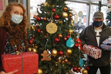 Kinderheim-Mitarbeiterin Rahel Lötzsch und Sportshop-Inhaber Jörn Hinze sprechen Details für die Übergabe der Geschenke ab.