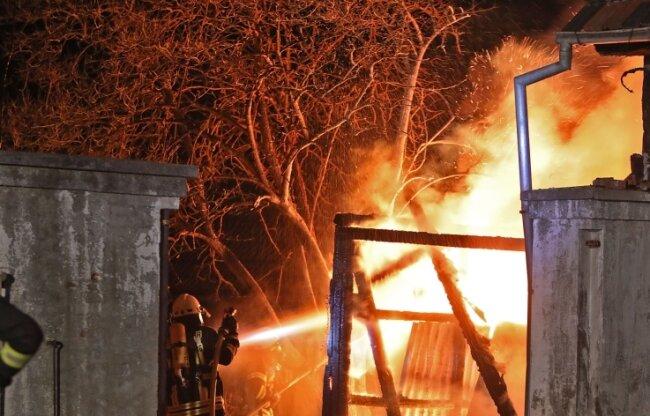 328 Brände haben die Helfer aus den Freiwilligen Feuerwehren im letzten Jahr im Landkreis Zwickau gelöscht. Dazu gehörte das Feuer in einer Scheune in Waldenburg am Silvestertag.