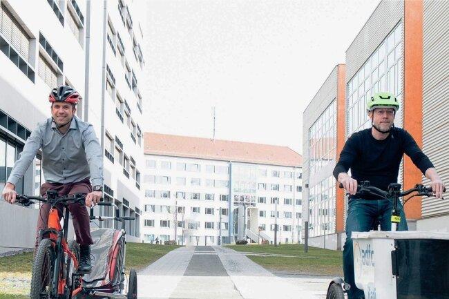 Die Professoren Martin Dix (l.) und Stephan Odenwald von der TU Chemnitz sind Radfahrer aus Leidenschaft. Ihre Expertise bringen sie im neuen Cluster Mikromobilität ein.