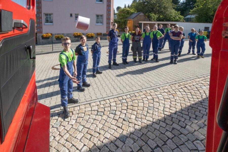 Da fliegt die Rolle der Jugendwehr Ehrenfriedersdorf in den W 50. Von der Drehleiter bis zum Mannschaftstransportwagen waren alle Fahrzeuge im Einsatz.