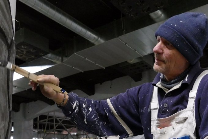 """Hier gestaltet Uwe Häußler alias """"Picasso"""" eine Wand des MZ-Werks im Stile einer Steinmauer."""