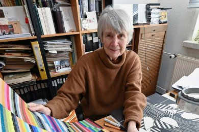 """Die Chemnitz Künstlerin Linde Detlefsen in ihrem Atelier in einer Neubauwohnung in der zehnten Etage. Ihre Bildmotive entwickelt sie oft aus Linien - wie in der """"Farborgel"""" vorn oder dem Lindenblatt."""