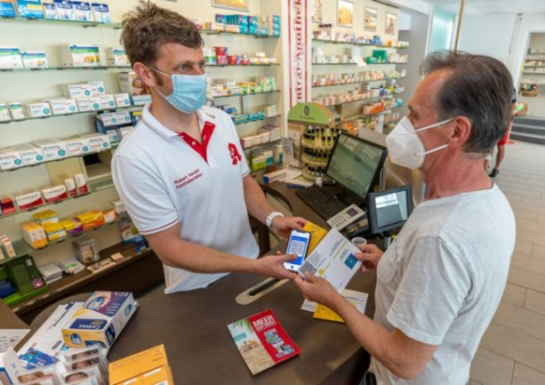 Der Falkensteiner Apotheker Robert Herold (links) war auch beim digitalen Impfnachweis ein Vorreiter seiner Zunft: Hier bekommt gerade Stefan Trommer aus Ellefeld den QR-Code, den er aufs Smartphone laden kann, um seine Impfung zu dokumentieren.