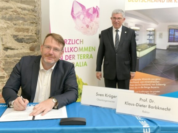 Oberbürgermeister Sven Krüger (links) und Klaus-Dieter Barbknecht, der Rektor der TU Bergakademie Freiberg, haben am Freitag eine Kooperationsvereinbarung zwischen Stadt und Uni unterschrieben.