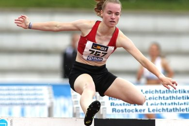Bei der Deutschen Jugendmeisterschaft am Wochenende in Rostock nahm Jessica Viertel vom SV Vorwärts Zwickau erfolgreich die Hürden beim 2000-Meter-Hindernislauf. In der Altersklasse U 20 stand für die Lichtensteinerin nach Platz 4 im Vorjahr diesmal der Vizemeistertitel zu Buche.