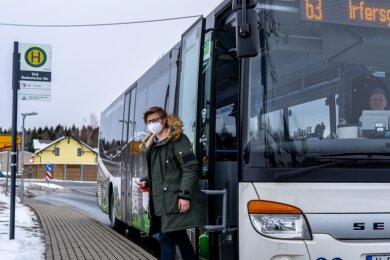 """Nach gut zwei Stunden Busfahrt samt Wartezeiten und Umsteigen hat """"Freie Presse""""-Volontär Tristan Herold das Impfzentrum erreicht."""