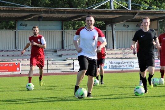 Im Auenstadion rollt wieder der Ball: Der TSV Flöha hat am Donnerstagabend als erster der 14 Fußball-Mittelsachsenligisten wieder den normalen Trainingsbetrieb aufgenommen. Die Schützlinge von Trainer Mirko Schwoy hatten sichtlich Spaß.