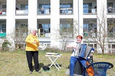 Beate Helbing (l.) und Petra Schneider auf der Wiese am Werdauer Sidonienhof.