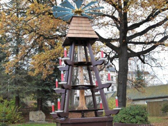Die Pyramide in Leubsdorf wartet auf ihren Einsatz. Vorher müssen die Figuren aber noch an ihren Platz.