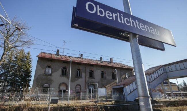 Das alte Bahnhofsgebäude in Oberlichtenau wird seit Jahren nicht mehr genutzt und verfällt. Jetzt soll es abgerissen werden.