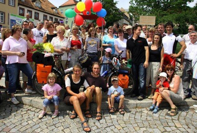 """René Hoppe mit Freundin Anja Schmidt sind am Sonntag auf dem Altmarkt von mehr als 100 Freunden und Bekannten begrüßt worden. """"Das ist ein herrliches Gefühl"""", sagte Anja Schmidt."""