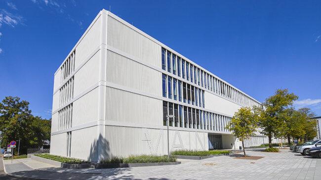 Der viergeschossige Neubau steht am Eingang zum Campus der TU Chemnitz an der Reichenhainer Straße.