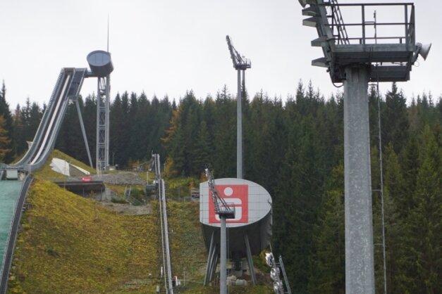 Über insgesamt sechs solcher Flutlichtmasten verfügt die Vogtland-Arena. Die Wartung übernimmt nun eine Firma aus der Oberpfalz.