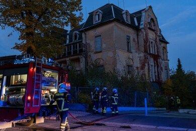 Rauch ist am Donnerstag in Auerbach über dem ehemaligen Klubhaus Nord an der Friedrich-Naumann-Straße aufgestiegen.