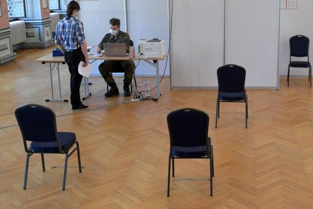 Im Corona-Testzentrum im Städtischen Festsaal in Freiberg sind am Montag viele Stühle im Warteraum leer geblieben. Die Nachfrage nach den Schnelltests ist deutlich gesunken.