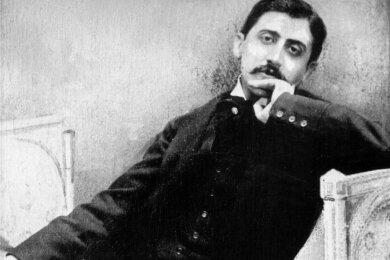 Liegend sieben Romanbände verfasst: Marcel Proust.